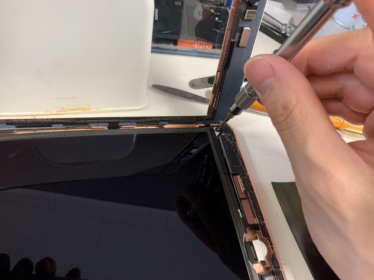 液晶の角のネジを外しているiPad 第7世代