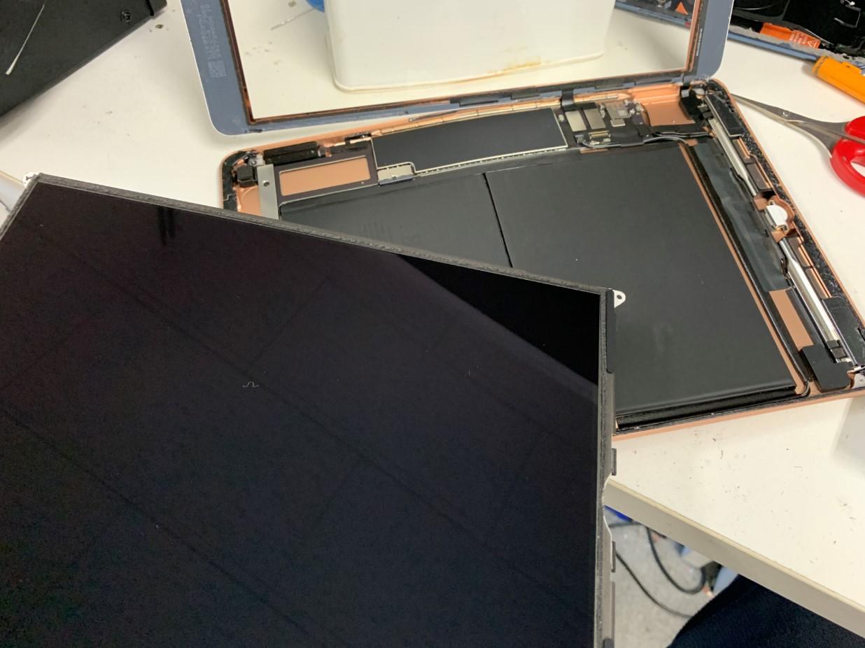液晶を取り出したiPad 第7世代