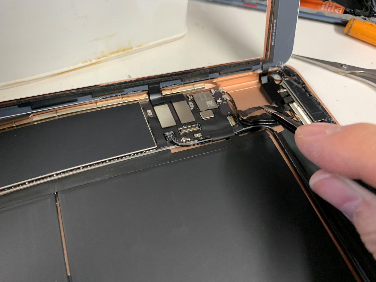 ガラスを取り出そうとしているiPad 第7世代