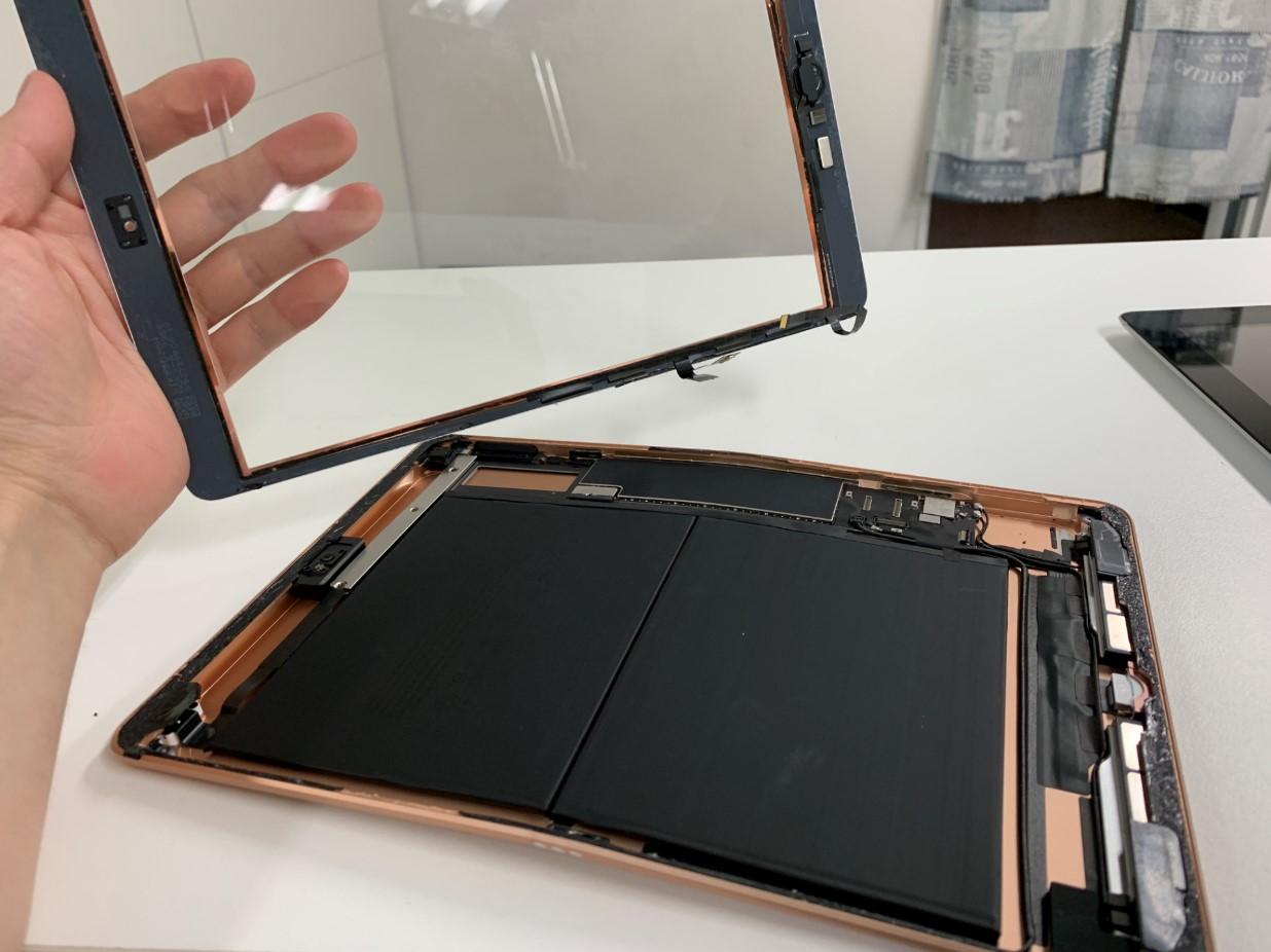 ガラスを本体から取り出したiPad 第7世代