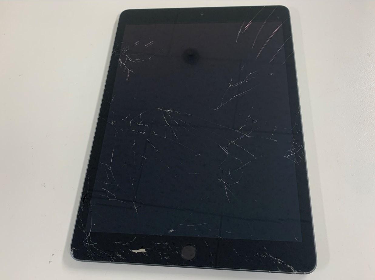 ガラスが割れているiPad 第8世代