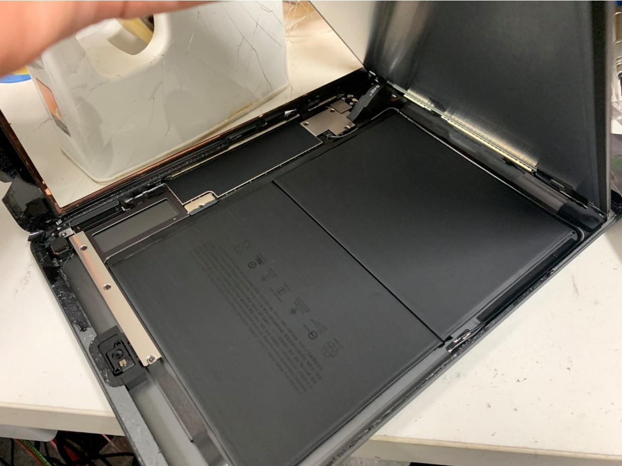 液晶画面を浮かせたiPad 第8世代