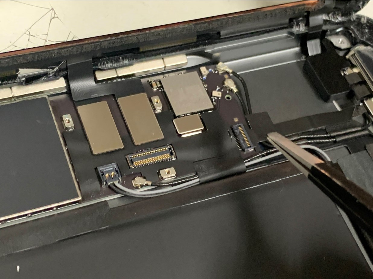 ホームボタンケーブルを固定したシールを剥がしたiPad 第8世代