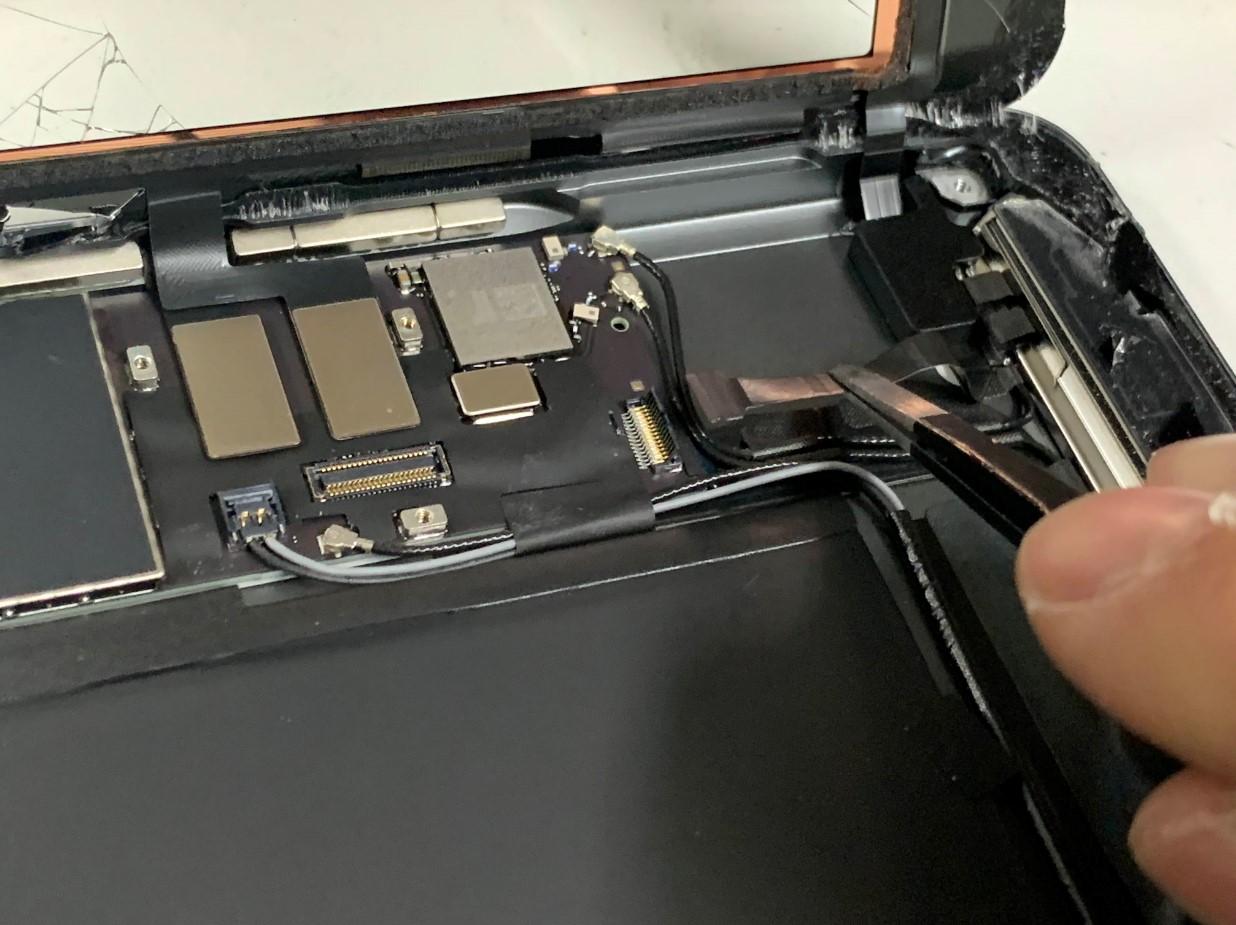 ホームボタンケーブルを剥がしたiPad 第8世代