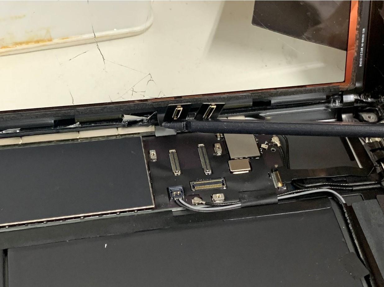 画面パーツのコネクタを抜いたiPad 第8世代