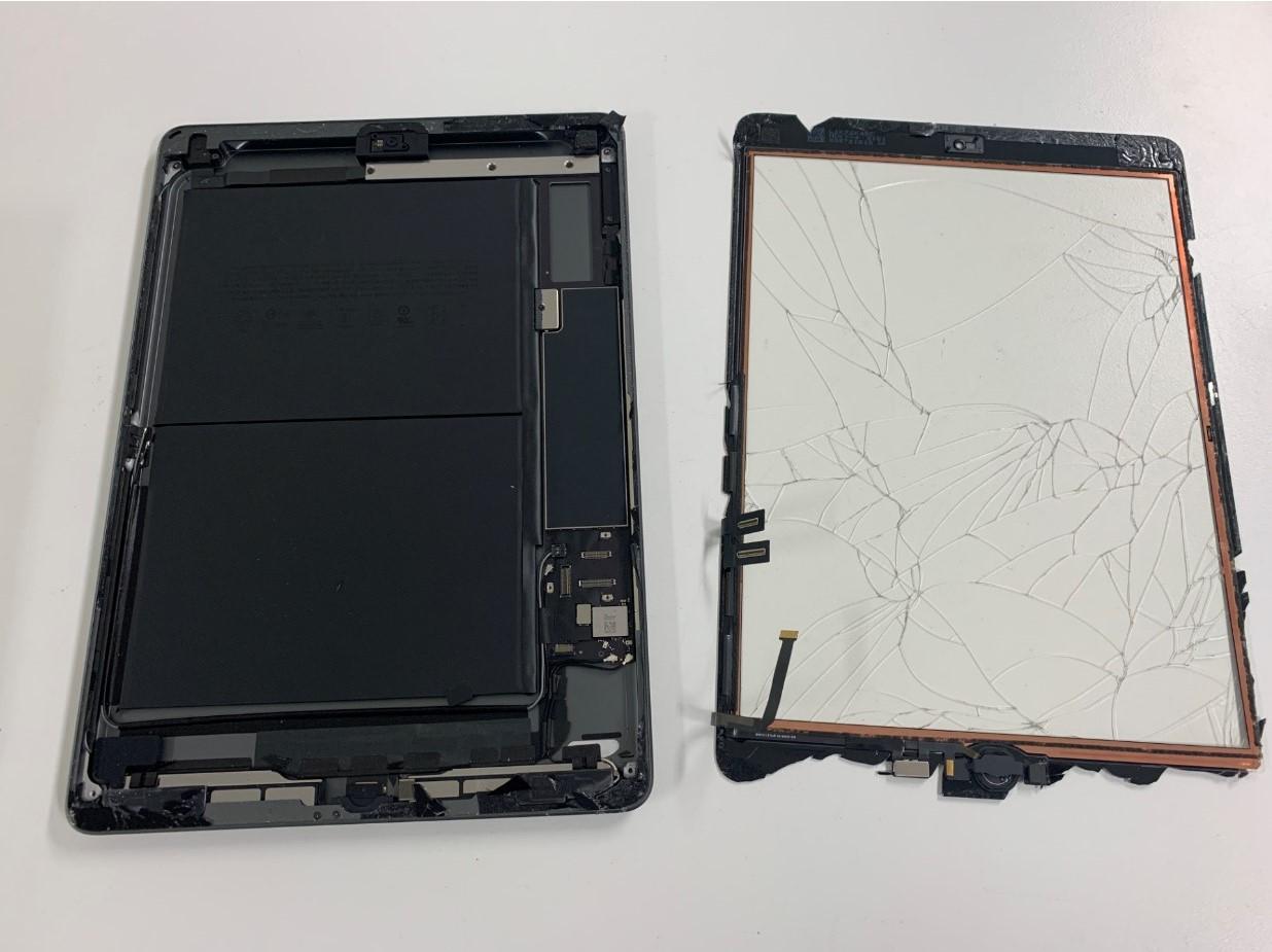 本体からガラスを取り出したiPad 第8世代