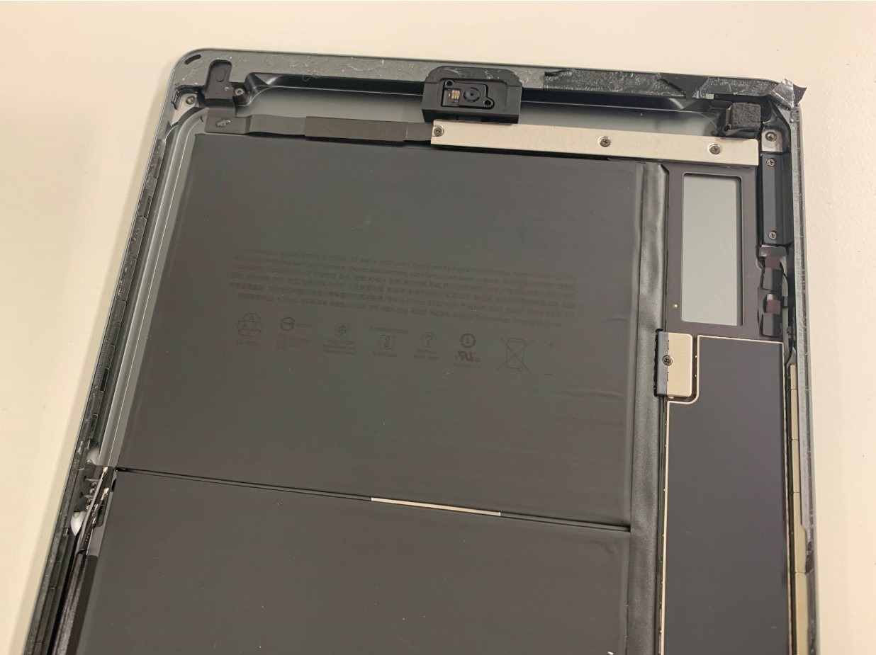 iPad 第8世代の本体上部の縁に残った大量のガラスの破片