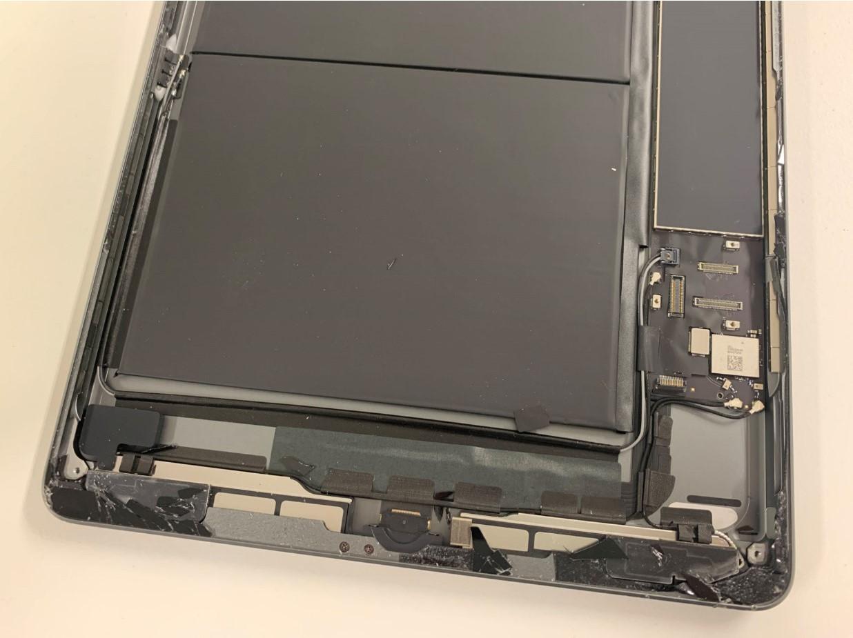 iPad 第8世代の本体下部に大量に残ったガラスの破片