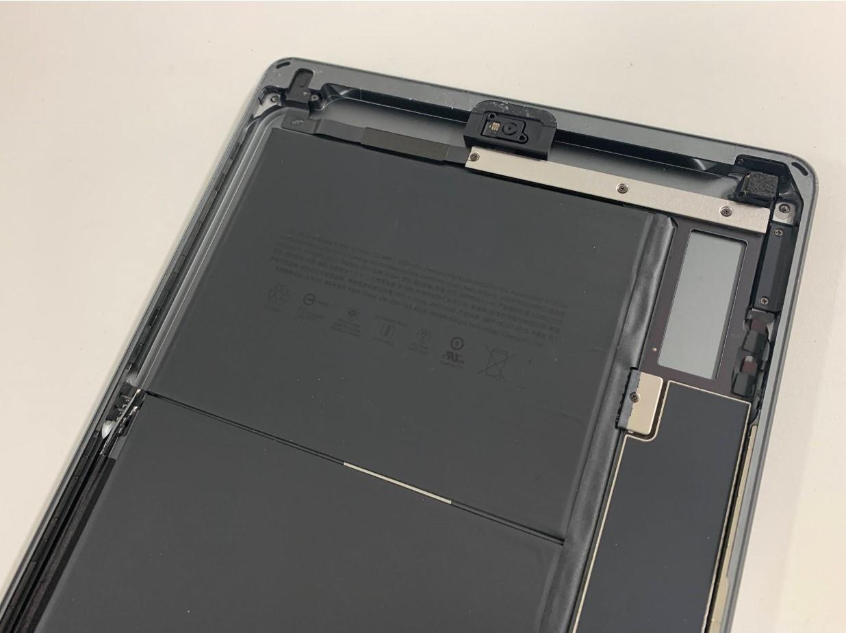 ガラスの破片や粘着を綺麗に除去したiPad 第8世代の本体フレーム上部
