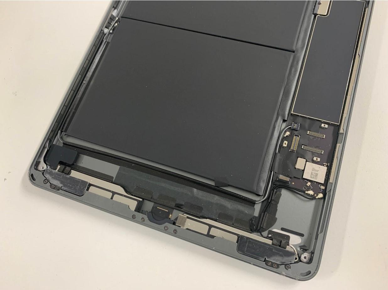 本体下部に残ったガラスの破片などを除去したiPad 第8世代