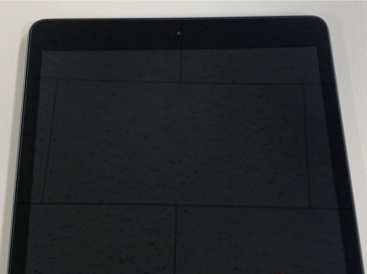画面交換修理後上から見ているiPad 第8世代