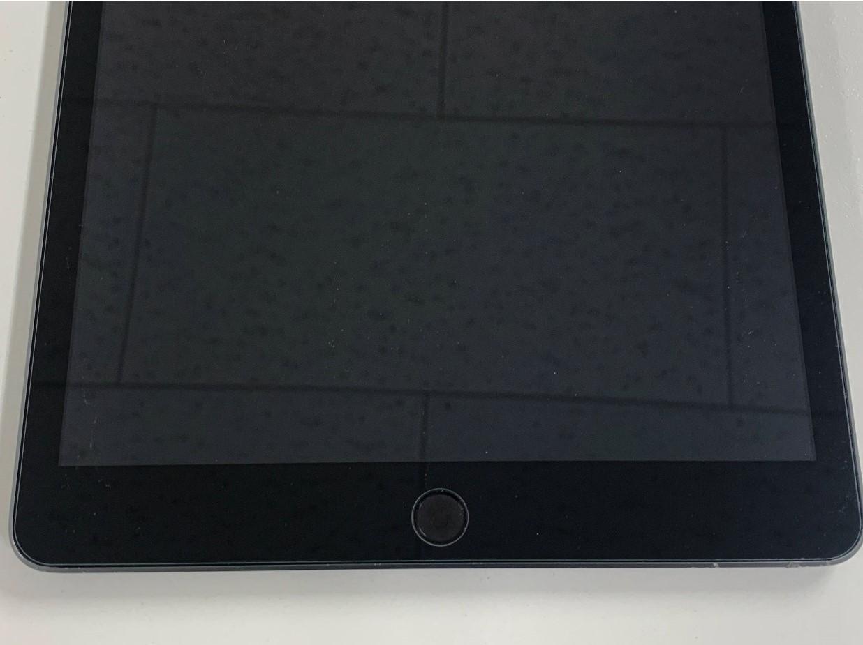 穴が空いた箇所も綺麗に直っているiPad 第8世代