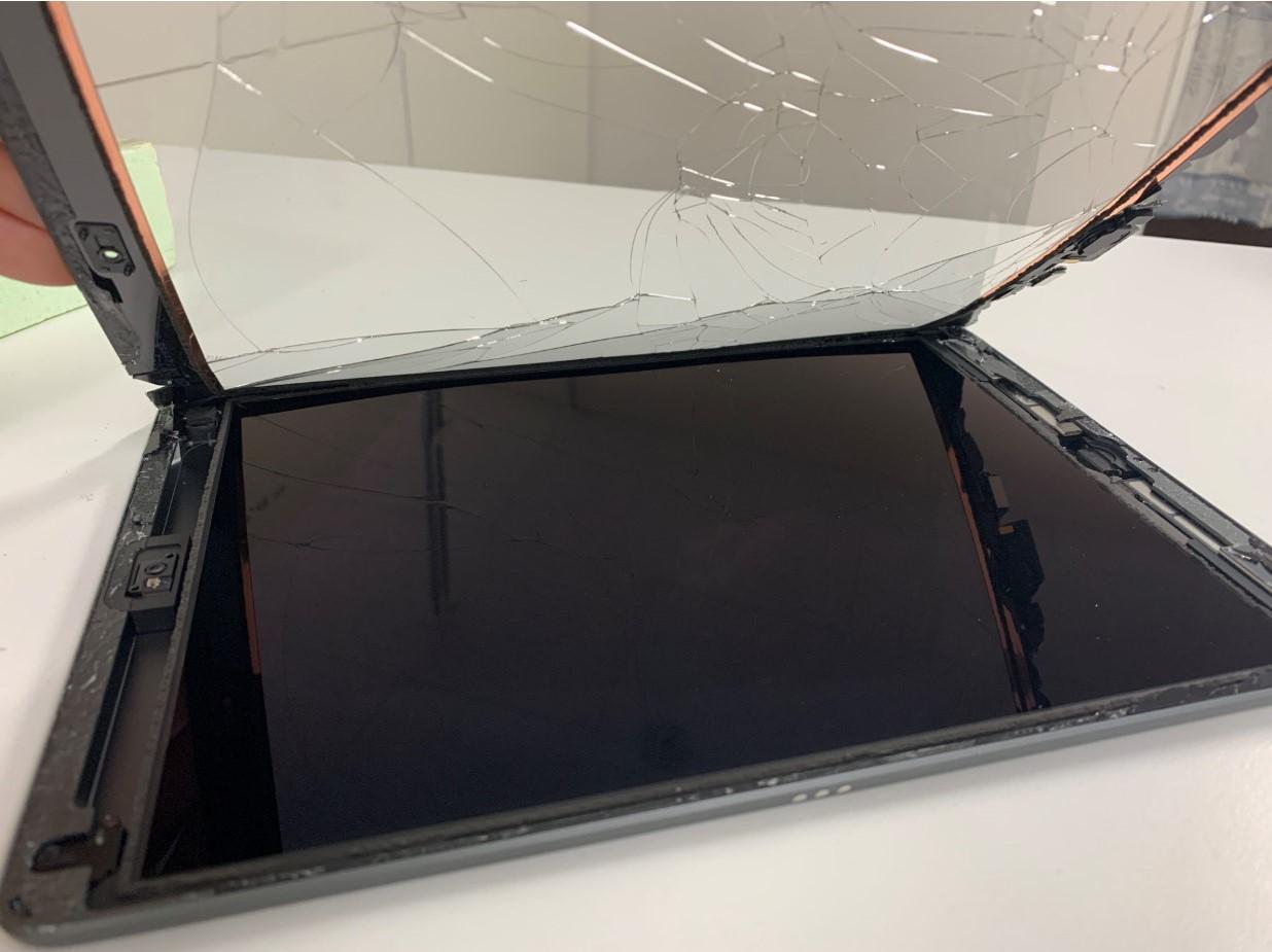 ガラスを本体から剥がしたiPad 第8世代