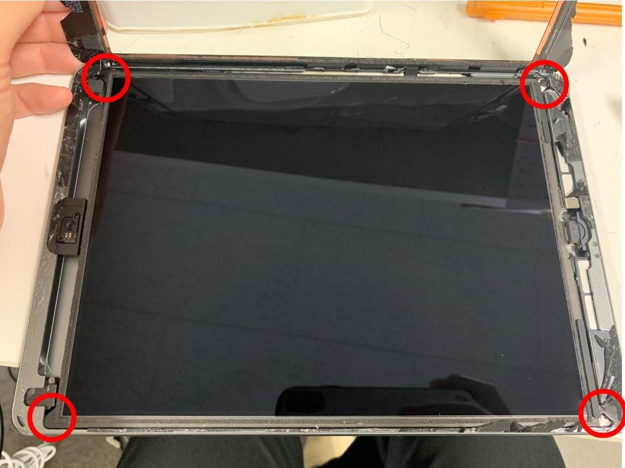 iPad 第8世代の液晶画面を止めた四つ角のネジ