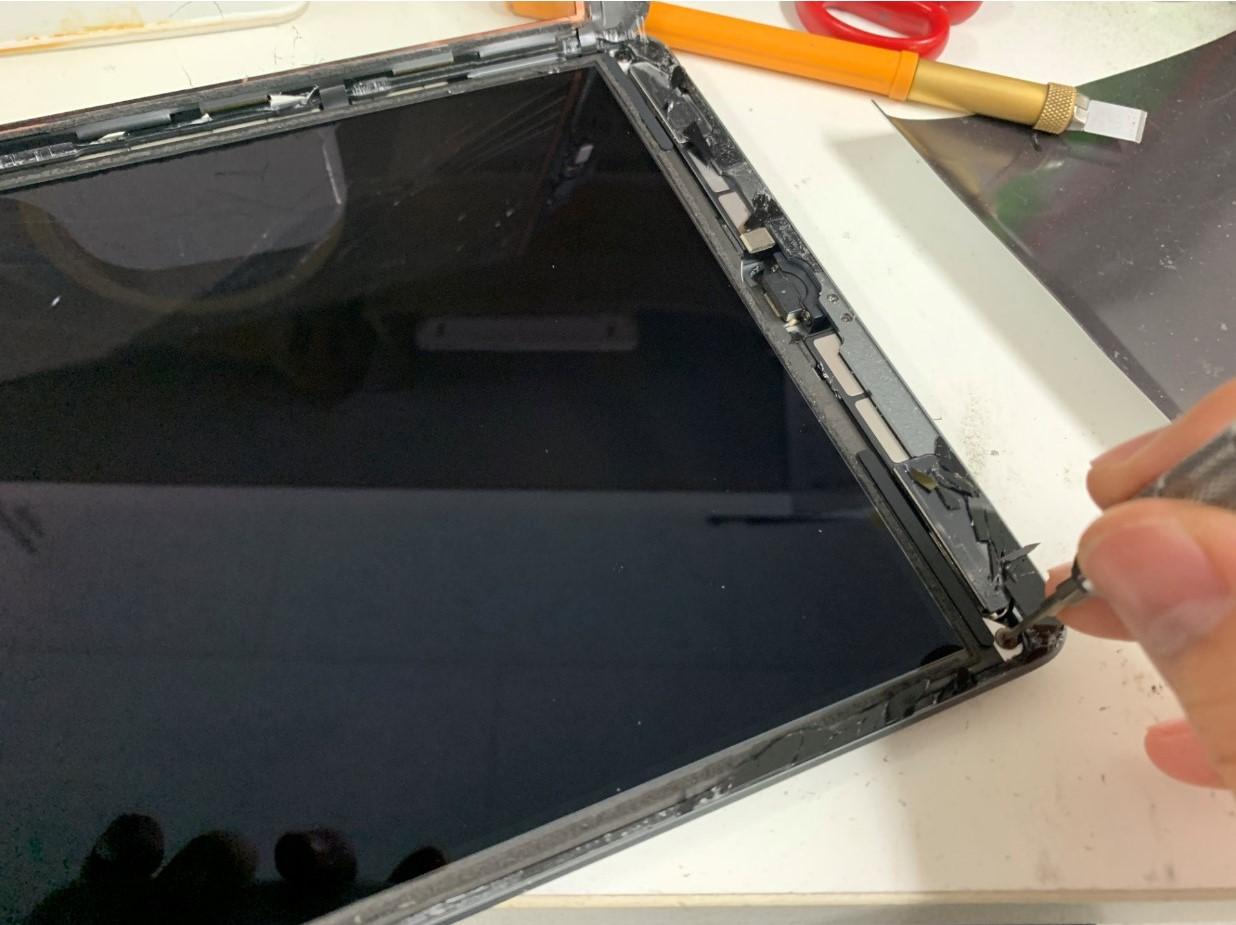 液晶画面を止めたネジを外そうとしているiPad 第8世代