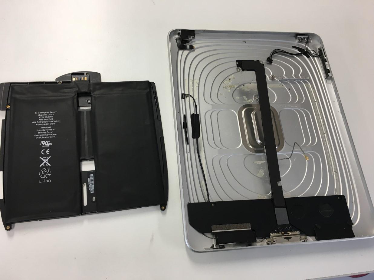 本体からバッテリーを取り出したiPad(第1世代)