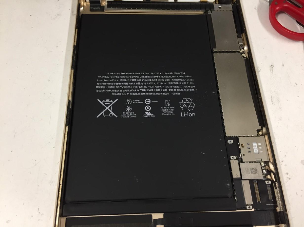 バッテリーコネクタを外してバッテリーを剥がす前のiPad mini4
