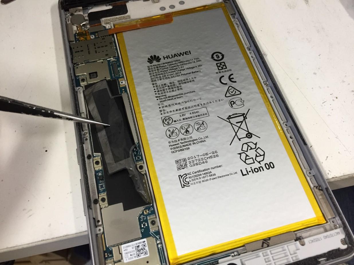 バッテリーを本体から取り出そうとしているMediaPad M3 lite(CTN-W09)