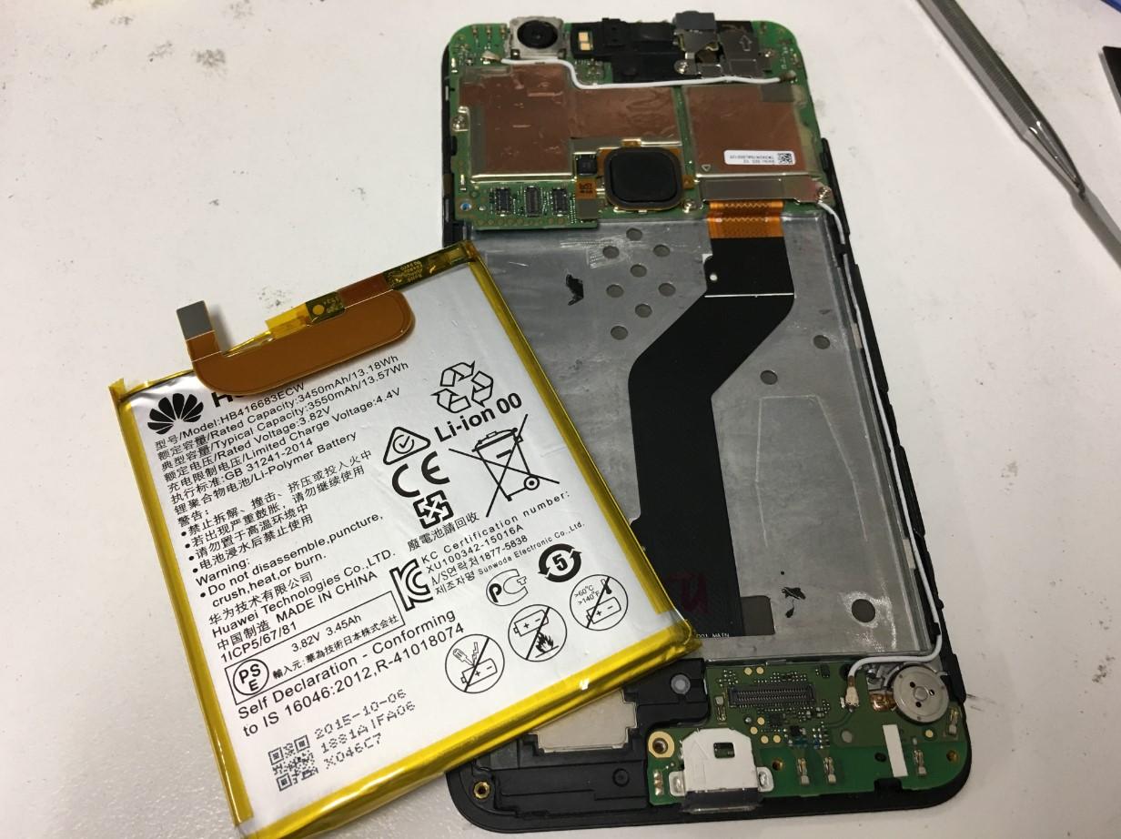 劣化したバッテリーを取り出したNexus6P