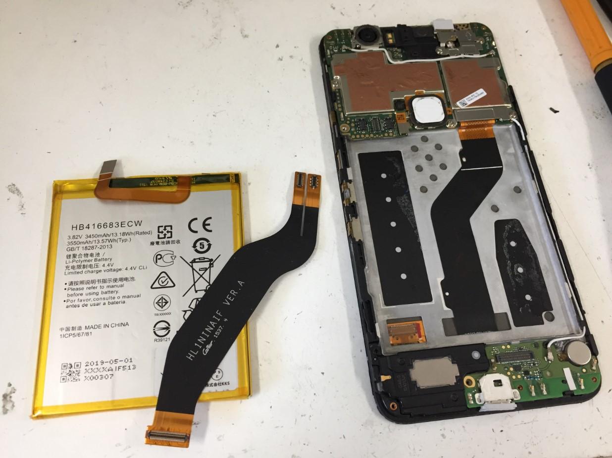 本体内部のケーブルを外してバッテリーを取り出したNexus6P