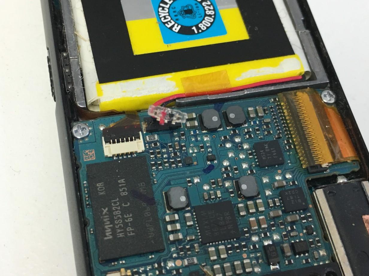 バッテリーコネクタを抜いたウォークマン NW-S636F