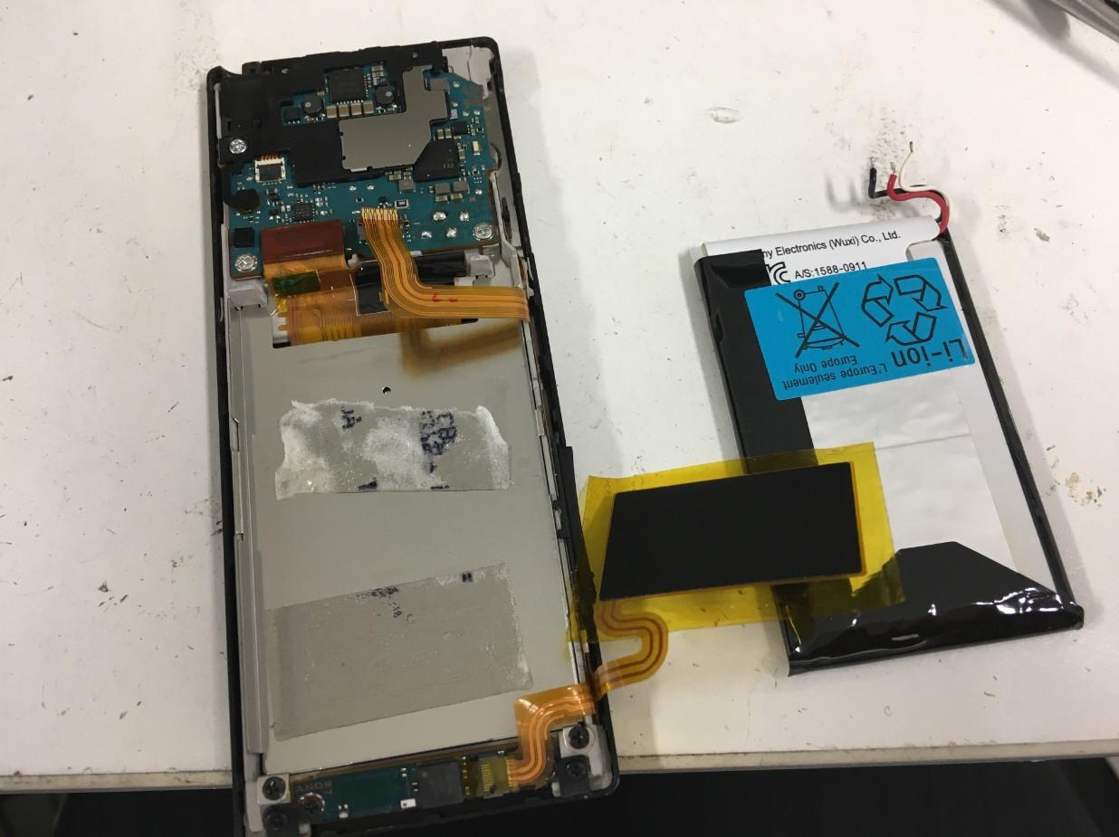 劣化したバッテリーを取り出したウォークマン NW-A17