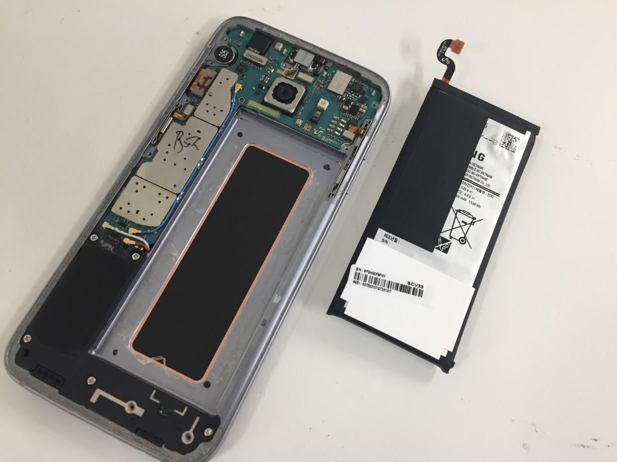 本体から電池を取り出したGalaxy S7 Edge
