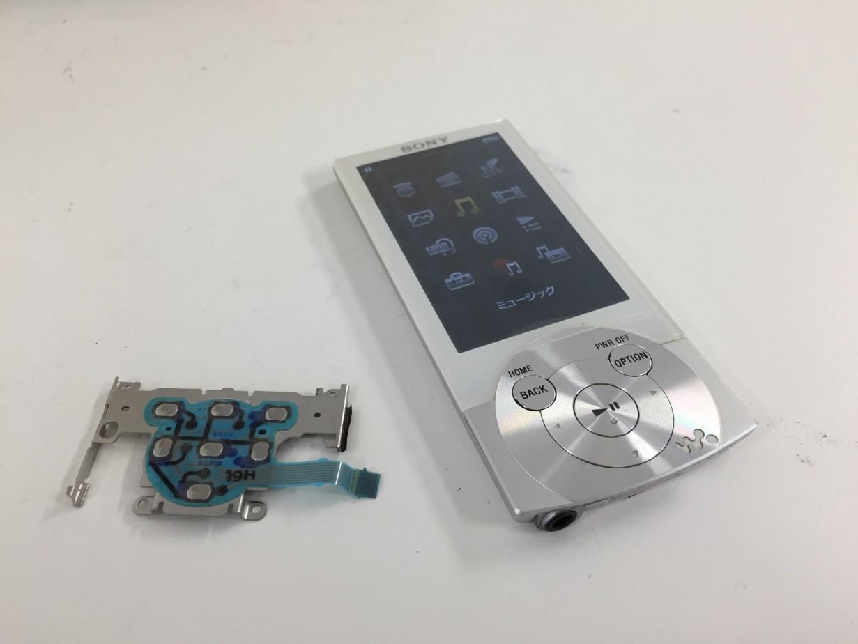 内部のケーブルを交換してオプションボタンを使用できるようになったウォークマン NW-A856
