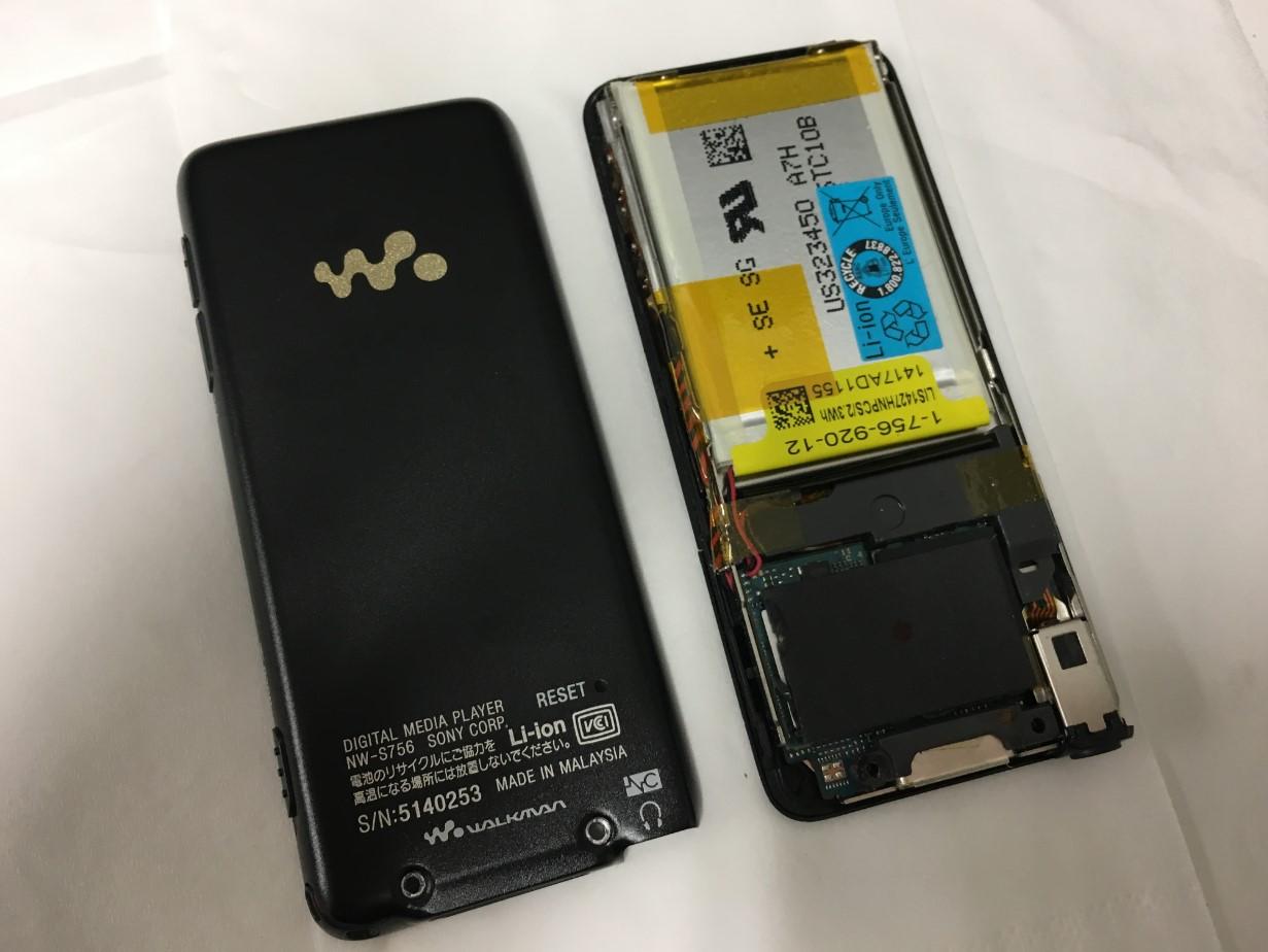 背面パネルを外したウォークマン NW-S756