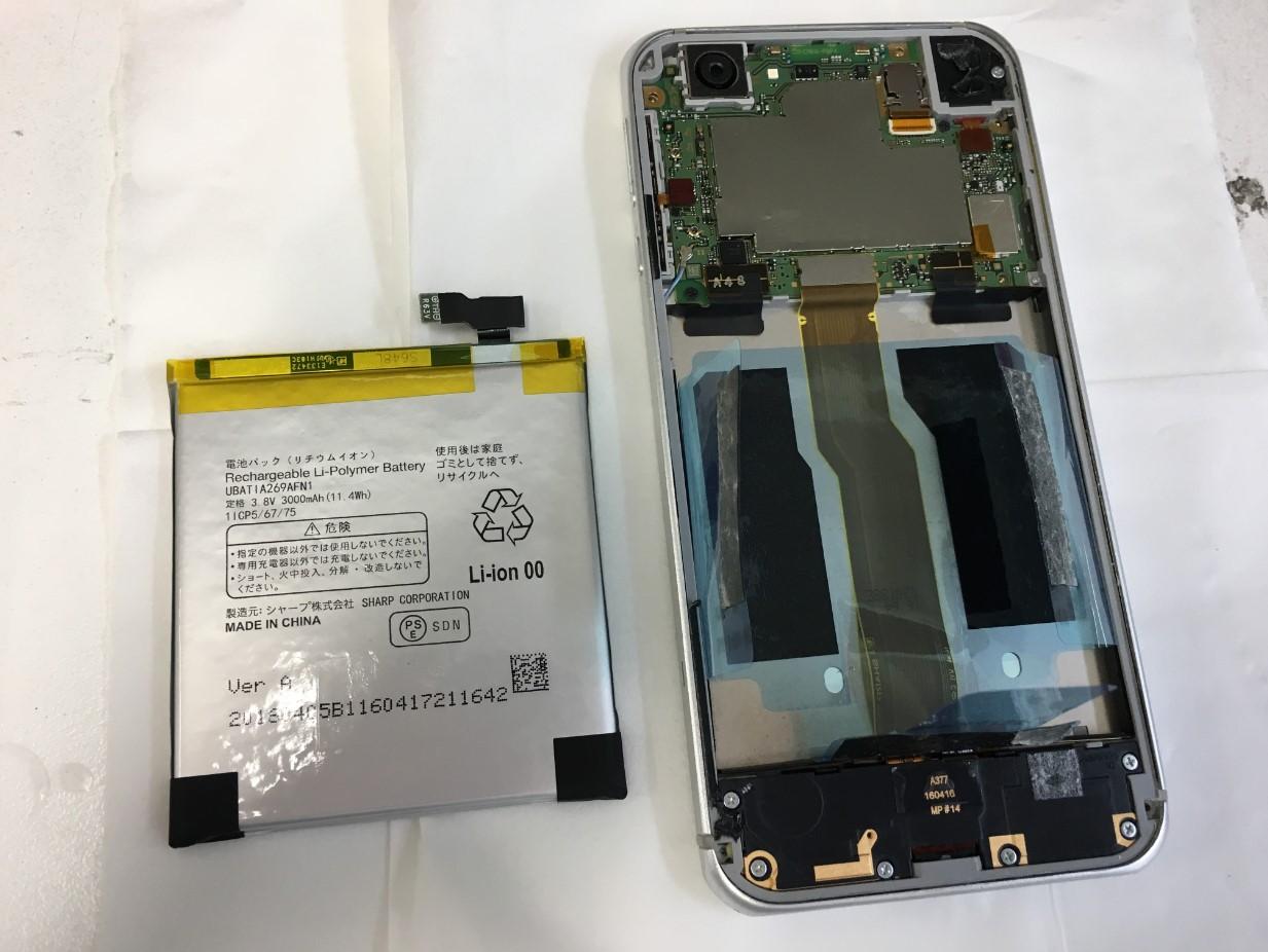 本体からバッテリーを取り出したAQUOS PHONE(SH-04H)