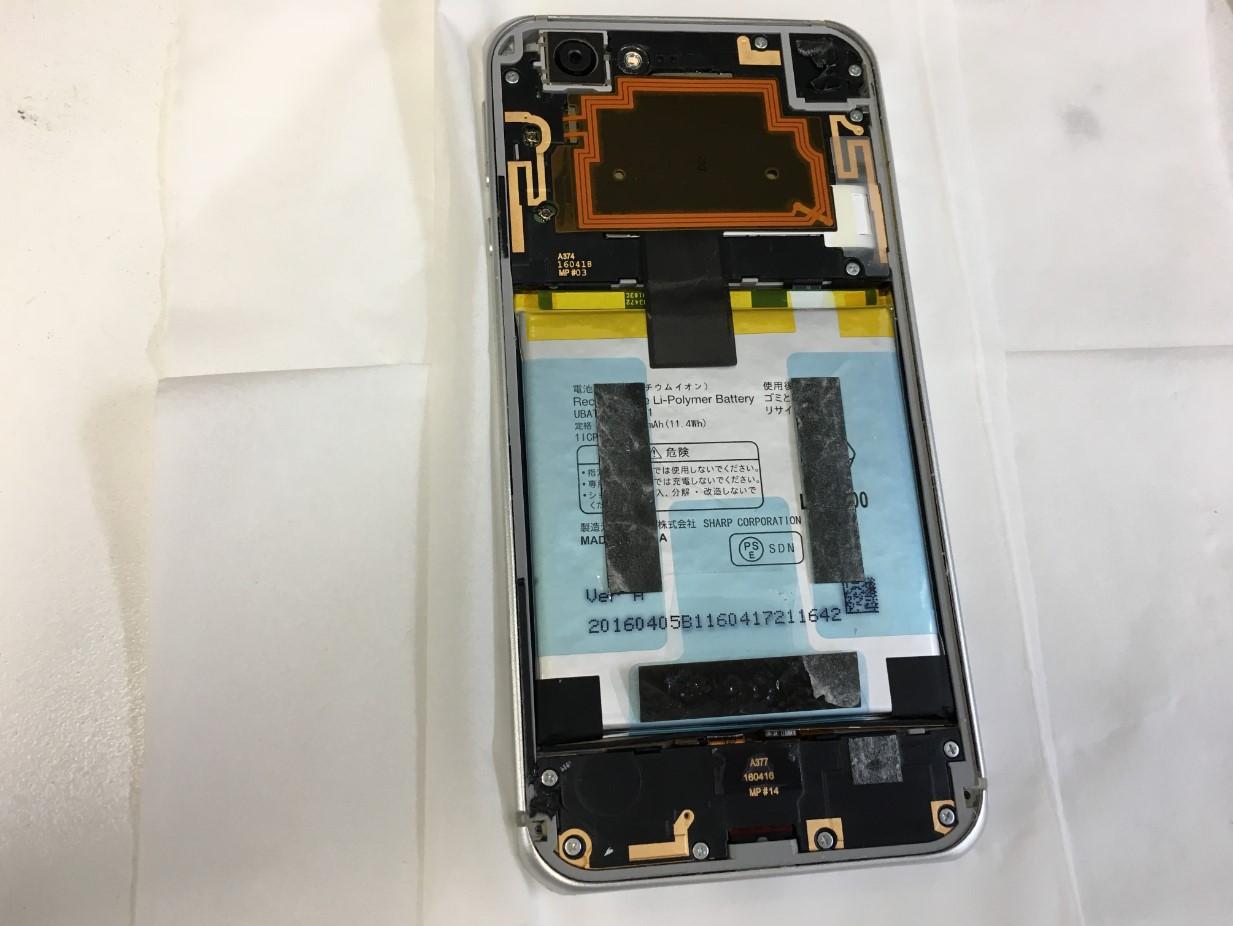 背面パネルを剥がしたAQUOS PHONE(SH-04H)
