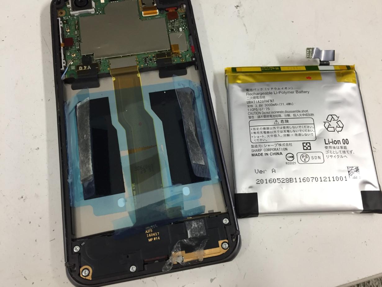 バッテリーを本体から取り出したAQUOS PHONE