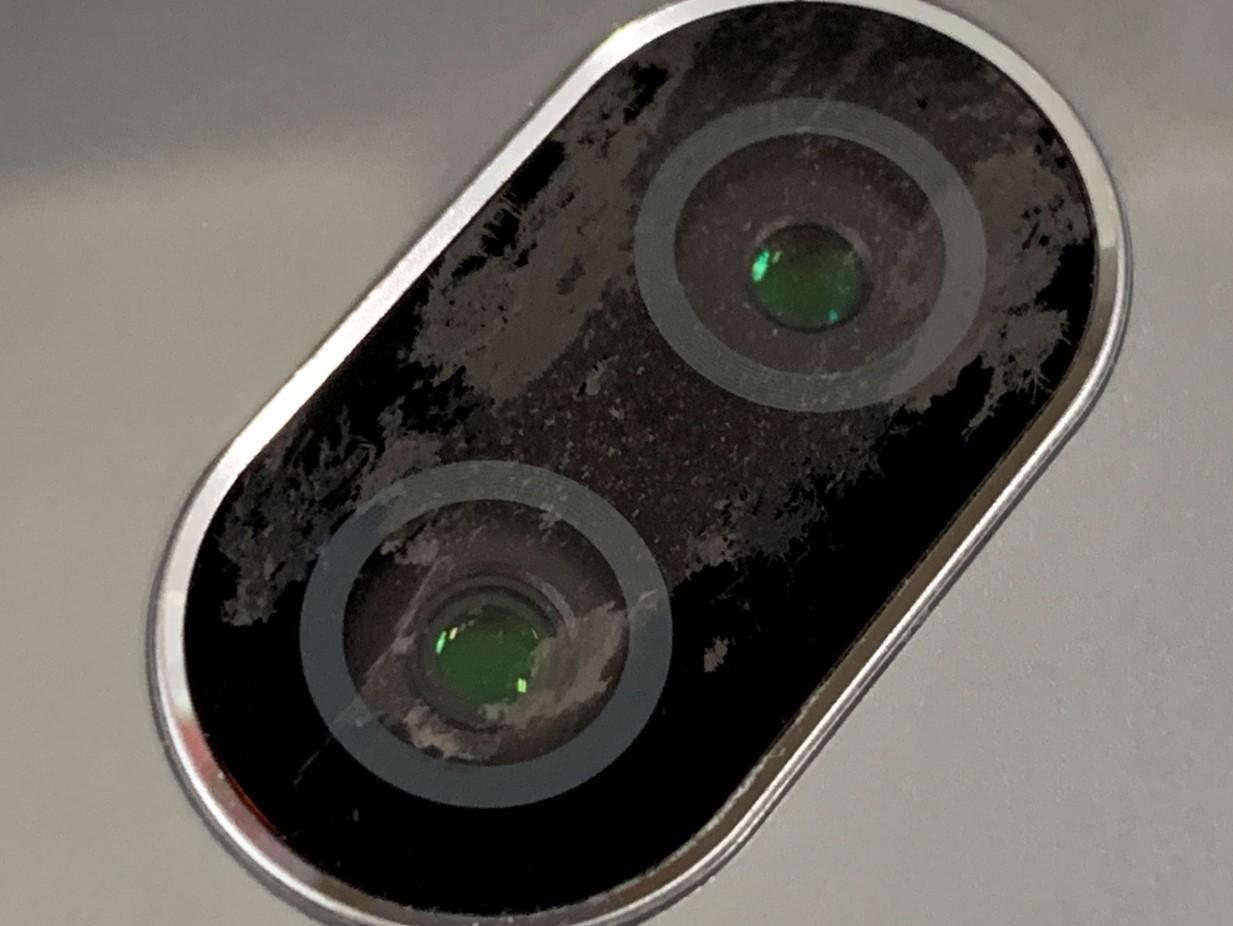 カメラレンズが傷つているXperia XZ2 Premium