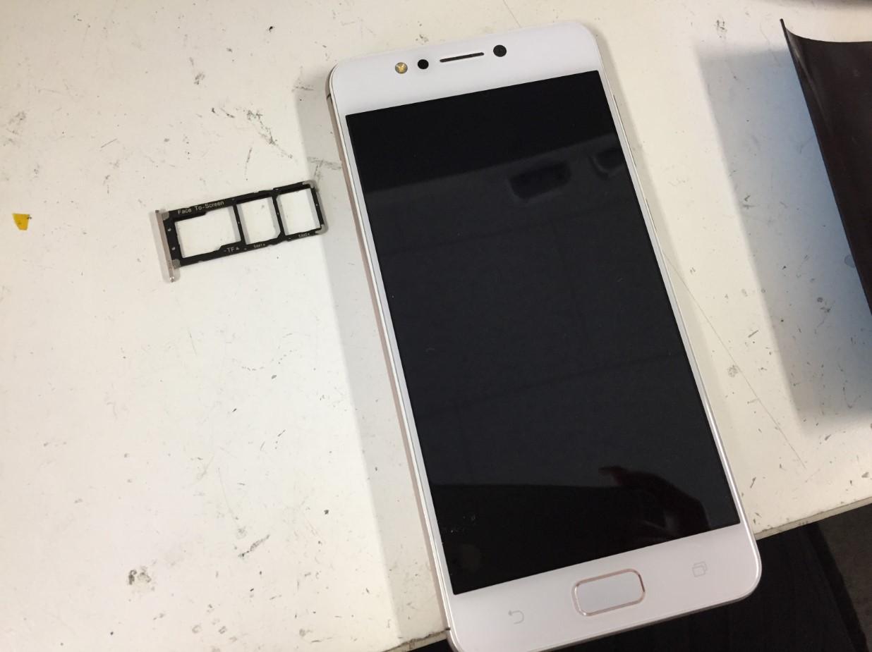 SIMトレイを本体から取り出したZenfone4Max