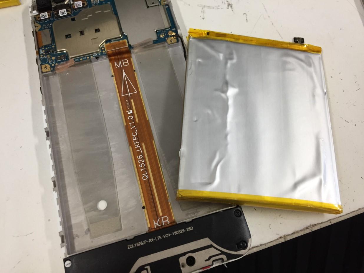 本体から電池パックを取り出したZenfone4Max