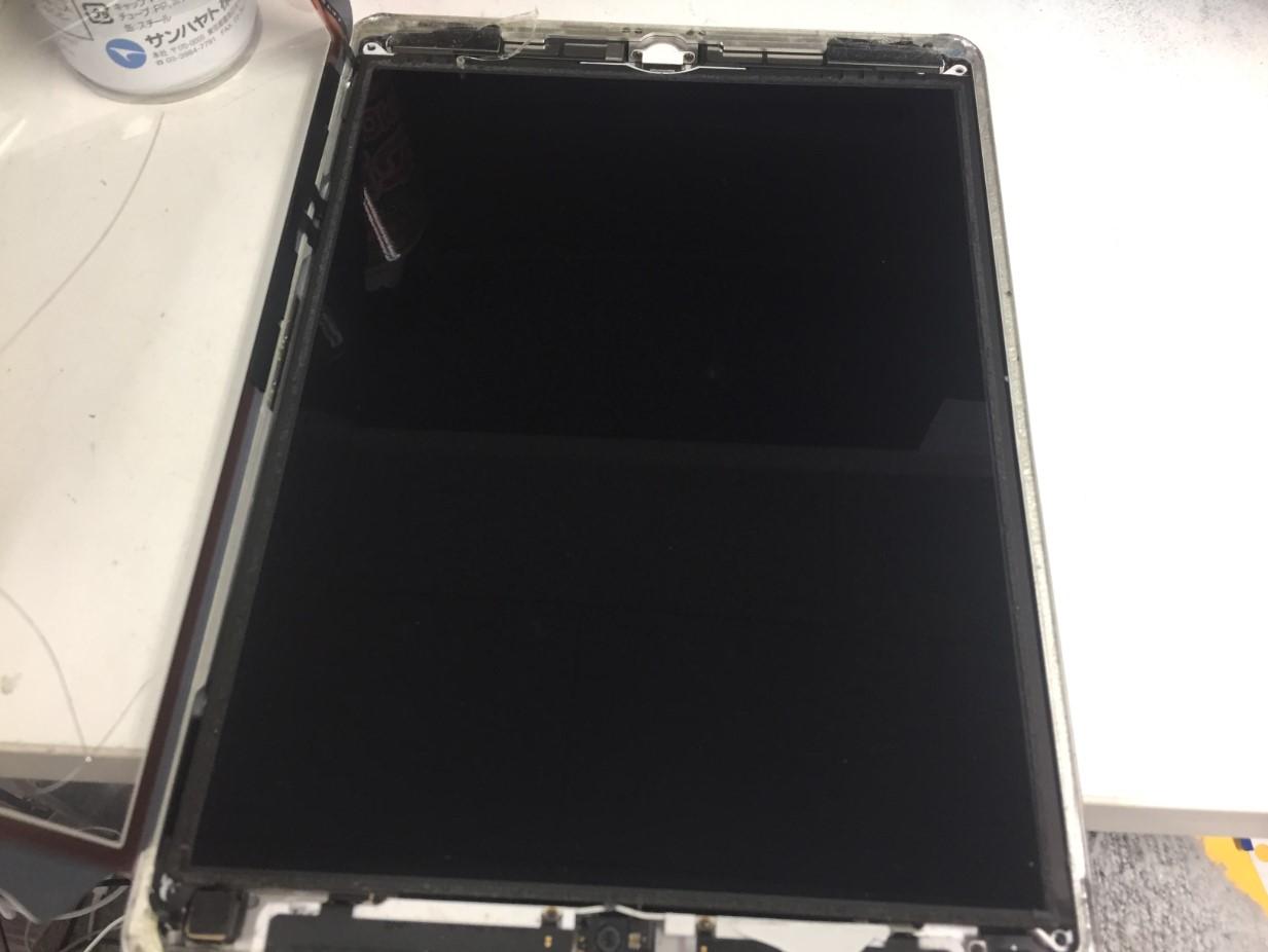 液晶を取り出そうとしているiPad 第6世代