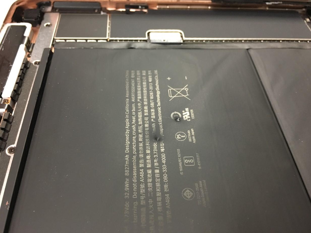 バッテリーに穴が空いて膨張していたiPad第7世代