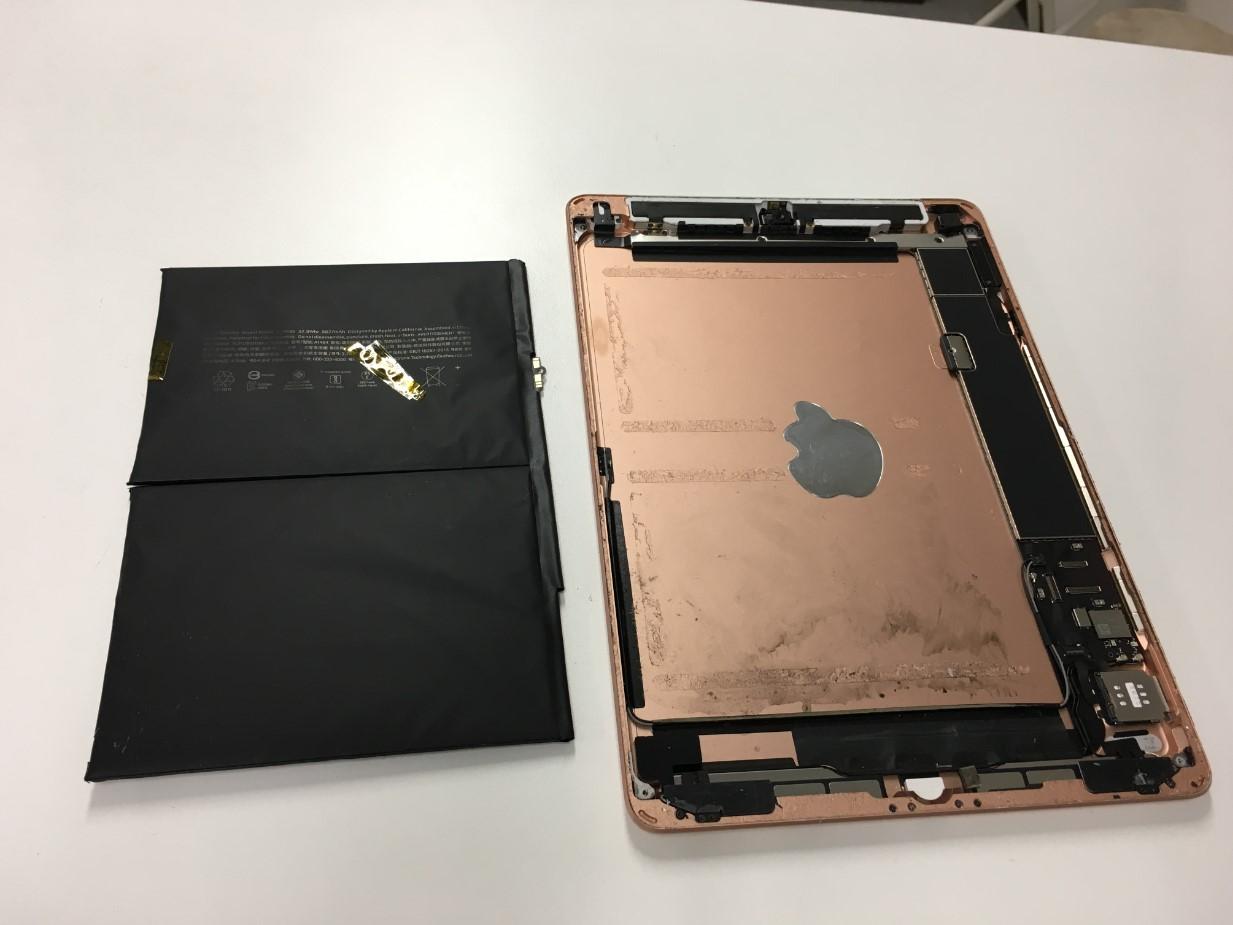 膨張したバッテリーを本体から剥がしたiPad第7世代