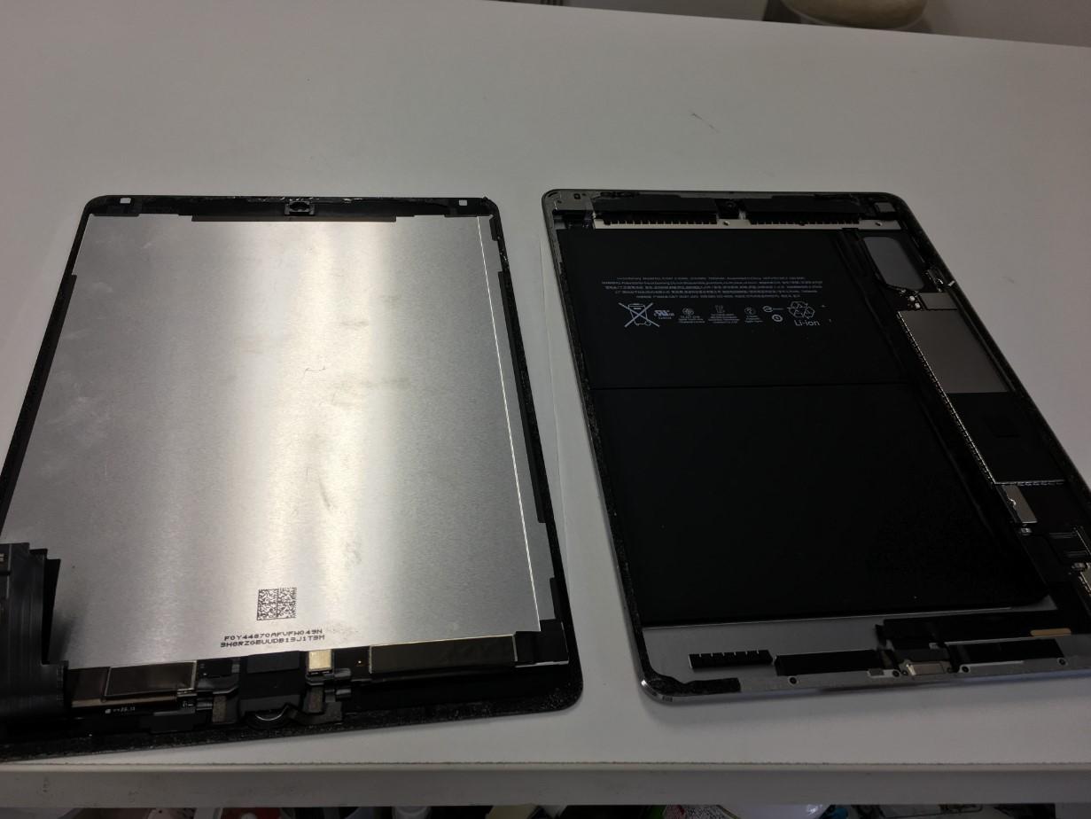 本体から画面を取り外したiPad Air2
