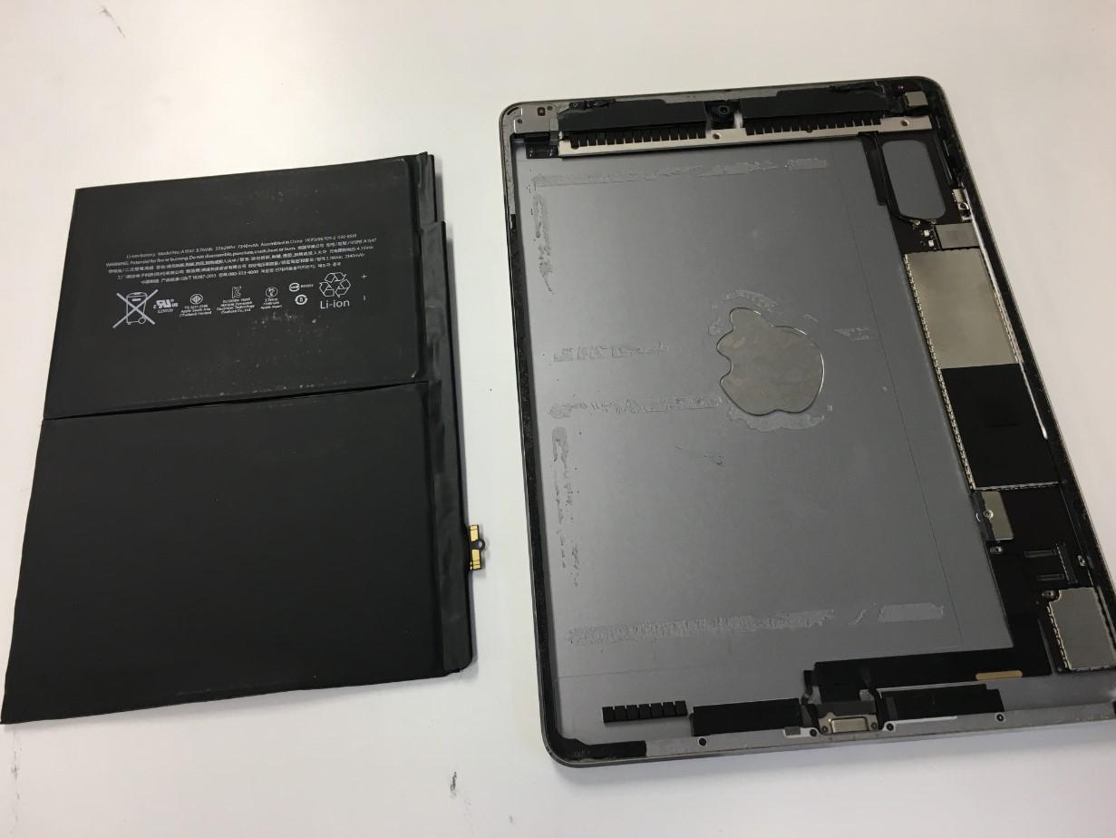 バッテリーを本体から剥がしたiPad Air2