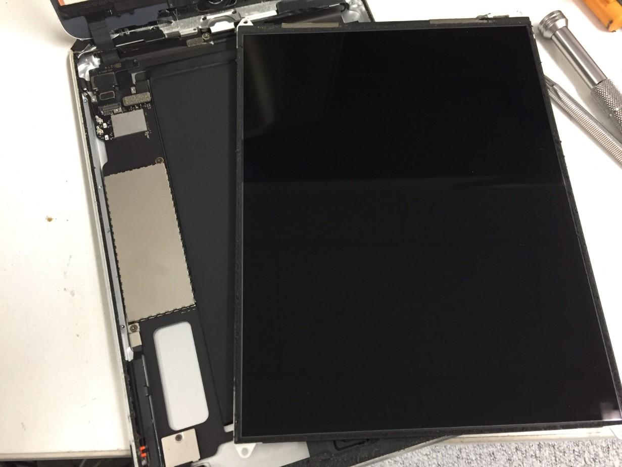 本体から液晶画面を取り出したiPad mini2