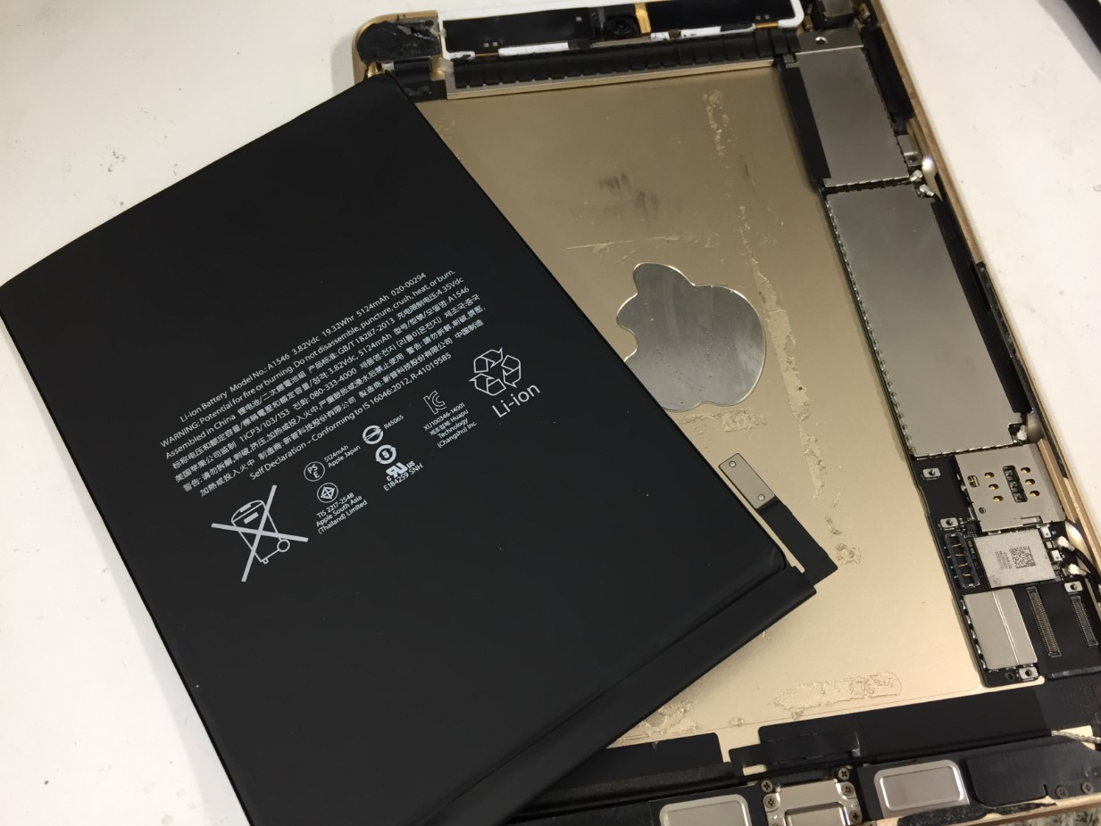 劣化した電池パックを本体から剥がしたiPad mini4