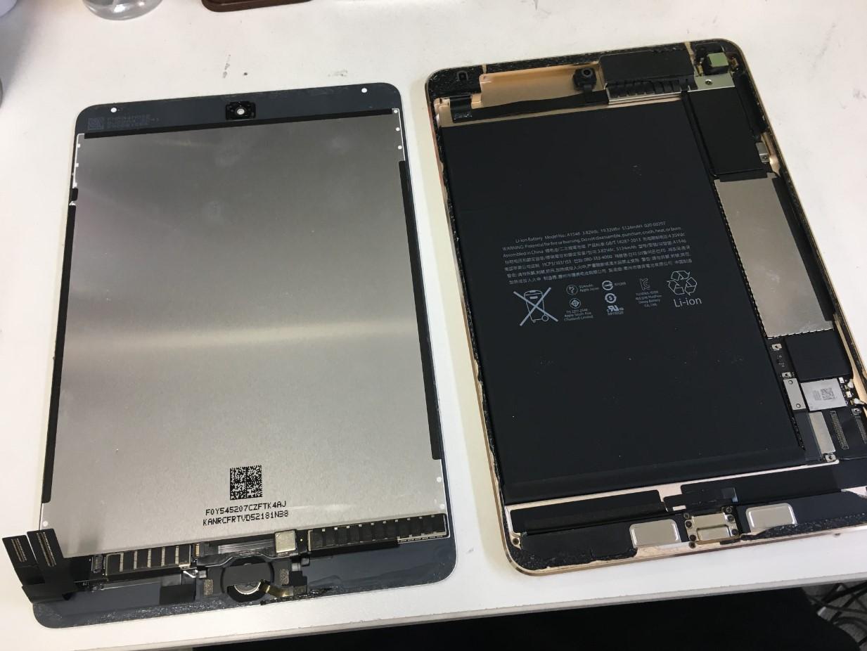 本体から画面パーツを取り出したiPad mini4