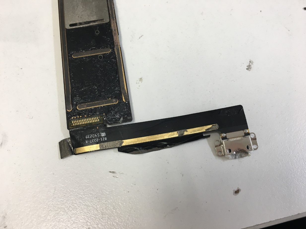 充電口がはんだ付けされたiPad mini4の基板裏