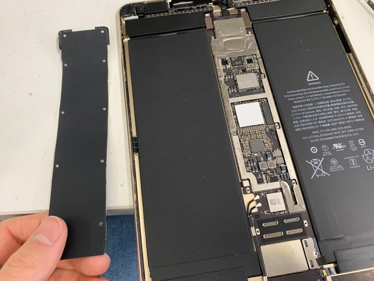 本体基板を覆ったプレートを剥がしたiPadPro 10.5