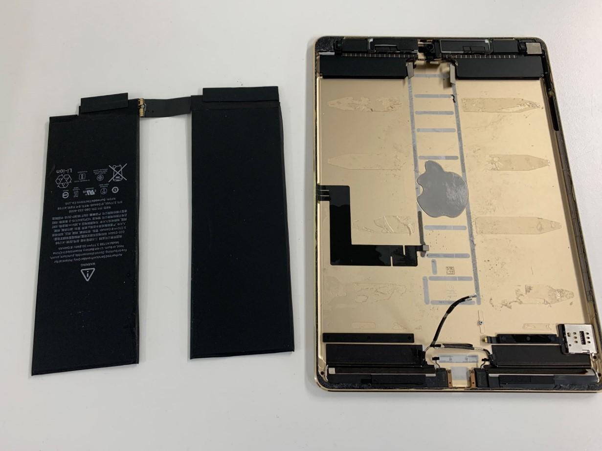 本体からバッテリーを取り出したiPadPro 10.5
