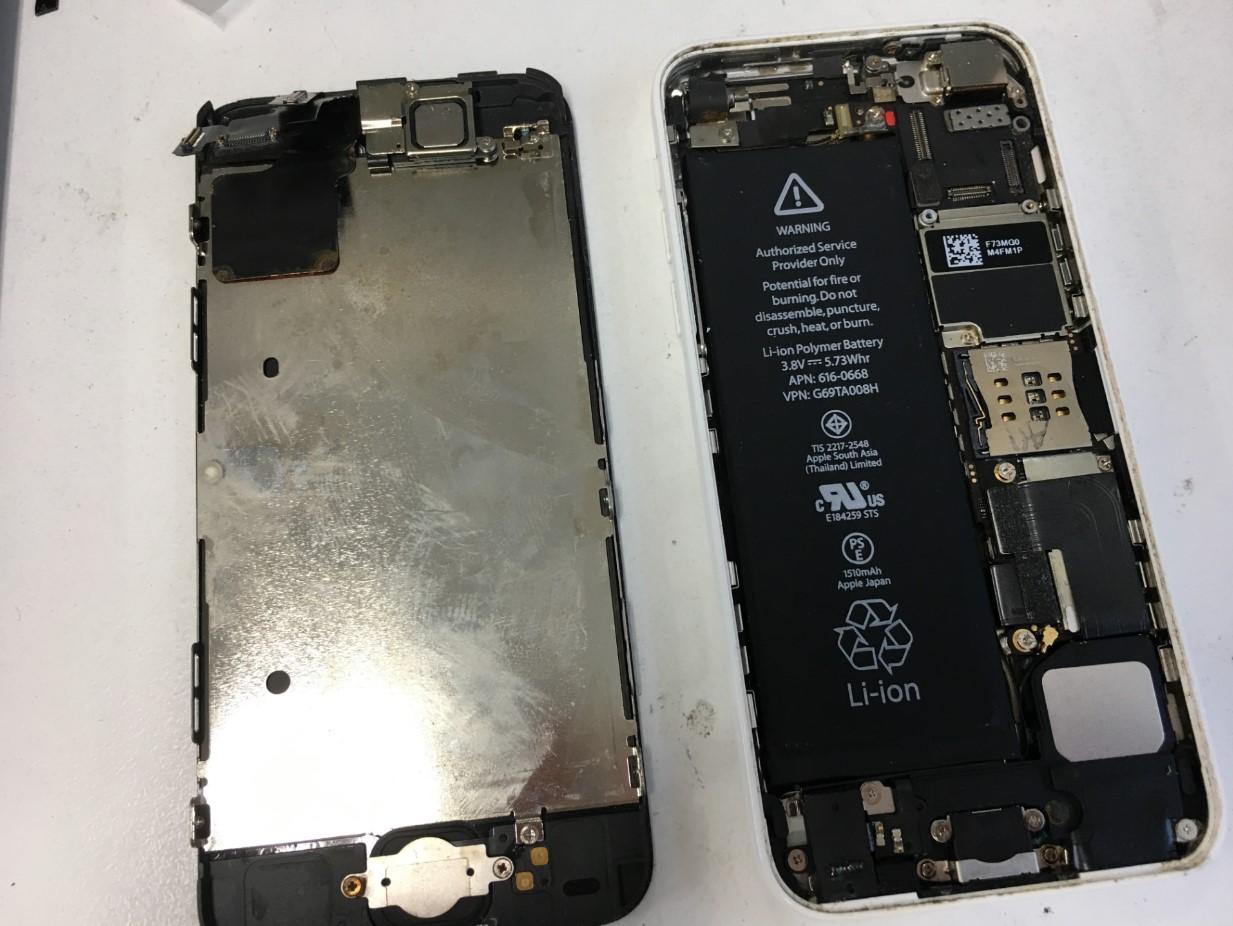 本体から画面パーツを取り出したiPhone5c