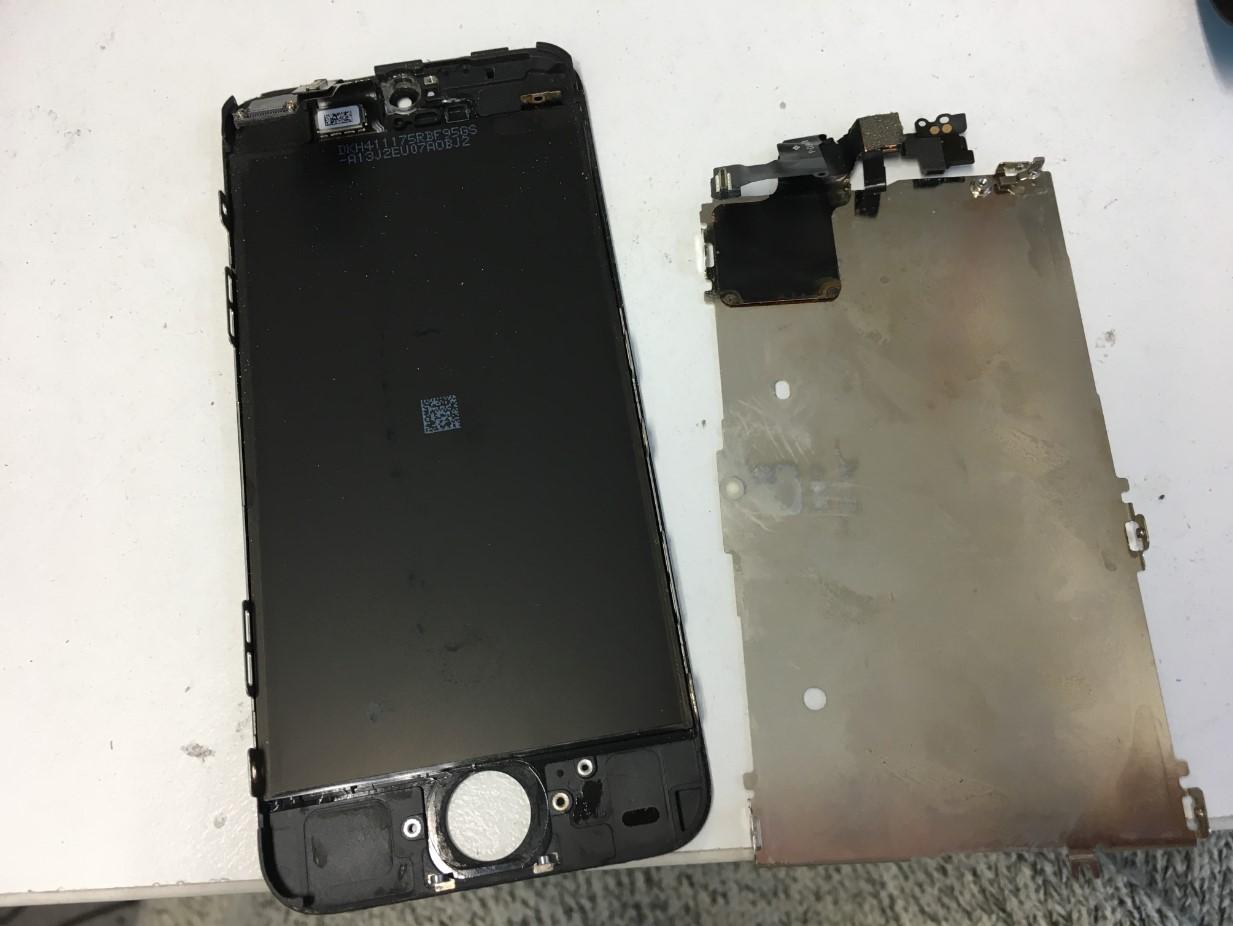 画面に付いているパーツを剥がしたiPhone5c