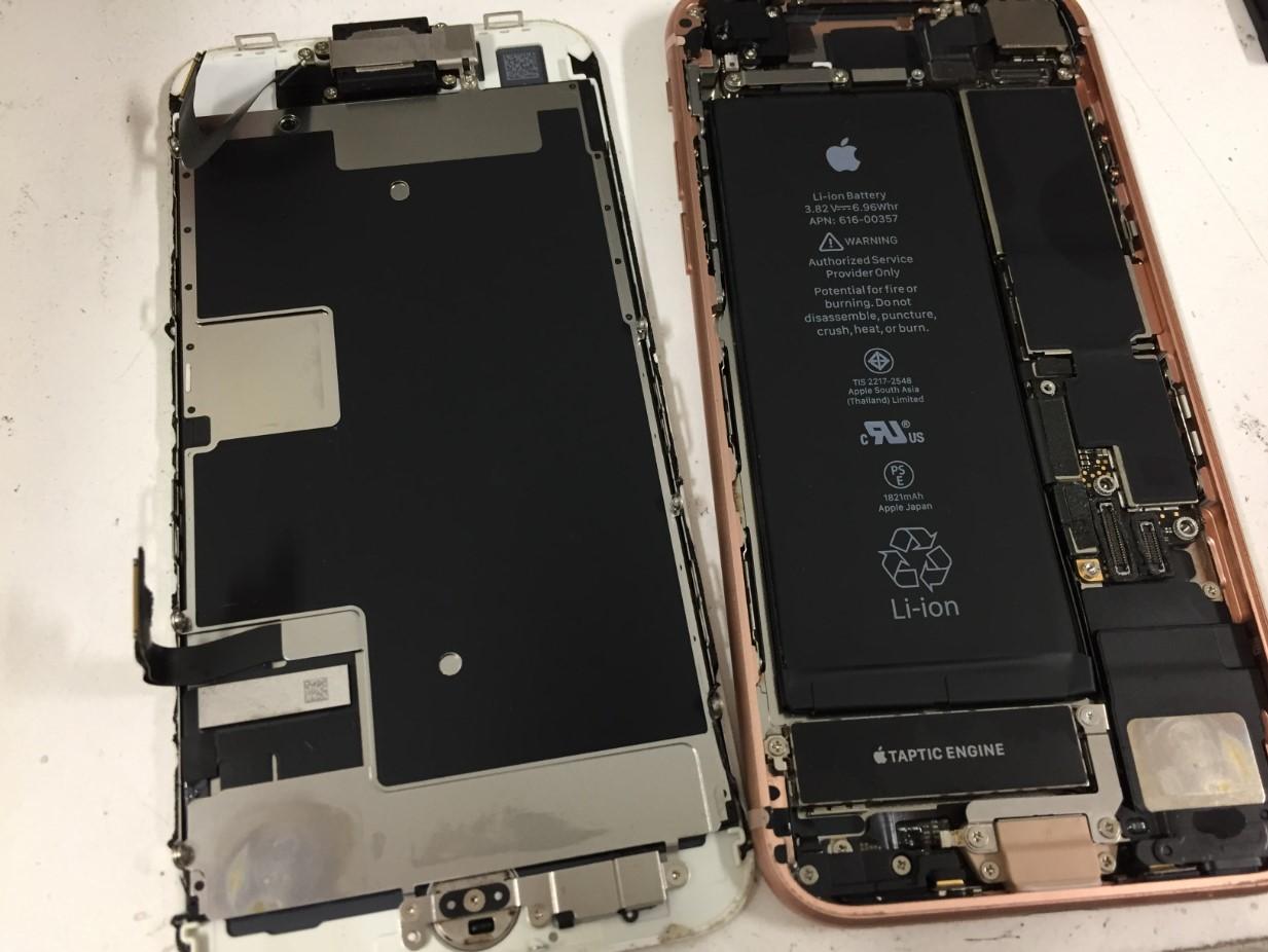 画面パーツを本体から取り出したiPhone8Plus