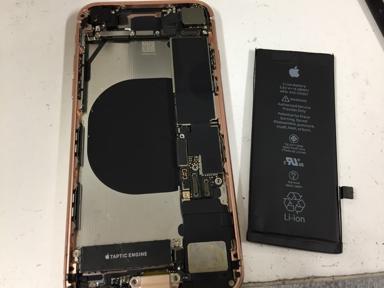 劣化したバッテリーを本体から取り出したiPhone8Plus